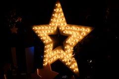Dekoracyjna gwiazda z lampami na tle ściana Nowożytny grung Zdjęcie Stock