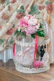 Dekoracyjna komórka z kwiatami i figurkami fotografia stock