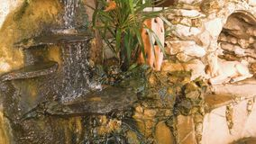 Dekoracyjna mała siklawa przy fontanną zbiory