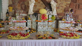 Dekoracyjna owoc Pokrajać na bufeta stole zbiory