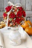 Dekoracyjna piłka z różaną biodra, głogu i rowan jagodą, Obraz Stock