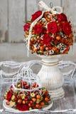 Dekoracyjna piłka z różaną biodra, głogu i rowan jagodą, Zdjęcie Royalty Free