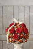 Dekoracyjna piłka z różaną biodra, głogu i rowan jagodą, Zdjęcia Royalty Free