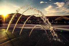 Dekoracyjna piękna fontanna przy zmierzchem Zdjęcia Royalty Free