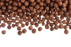 Dekoracyjna rama czekoladowych piłek kukurydzani płatki odizolowywający z kopii przestrzeni tłem Zdjęcia Royalty Free