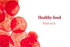 Dekoracyjna rama plasterki pomidory na białym tle odosobniony Pomidory pokrajać okręgi Rama, granica od warzyw Zdjęcia Stock