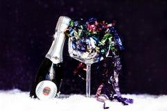 Dekoracyjna szampańska butelka na purpurowym tle obrazy stock