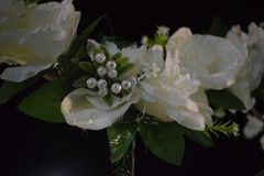 Dekoracyjna sztuczna szarość i bielu kwiatu dekoracja na ślubnej nocy Obraz Royalty Free