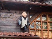 Dekoracyjna wampir postać dołączająca ściana blisko wejścia Otrębiasty kasztel w Otrębiastym mieście w Rumunia zdjęcia royalty free