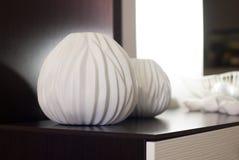 Dekoracyjna waza robić glina jest na dresser, Obraz Royalty Free
