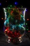 Dekoracyjna waza wypełniająca z Bożenarodzeniowymi ornamentami Fotografia Stock