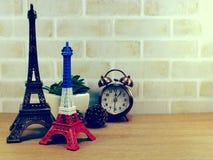 Dekoracyjna wieża eifla i różny domowy wystrój odnosić sie protestujemy Zdjęcie Royalty Free