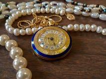 Dekoracyjna zegarek kolia z złocistym interfejsem i rzymskimi liczbami, zdjęcia stock