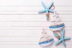 Dekoracyjne żeglowanie łodzie i morskie rzeczy na drewnianym tle Obraz Stock