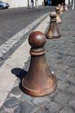 Dekoracyjne bariery na krawędzi brukowiec droga w Rzym Zdjęcie Stock