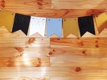 Dekoracyjne flagi dla special event na Drewnianej deski ścianie obrazy royalty free