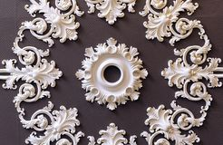 Dekoracyjne gipsowe lizeny na brązu tle obraz royalty free