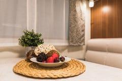 Dekoracyjne kolorowe owoc i kwiat na stole wśrodku cara zdjęcie stock