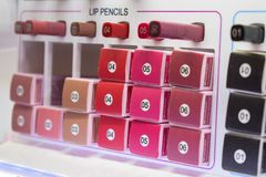 Dekoracyjne kosmetyk próbki, testry Różnorodni warga ołówki w gablocie wystawowej piękno sklep obraz royalty free