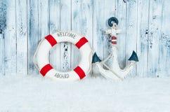 Dekoracyjne lifebuoy, kotwicowe i rozgwiazda denne skorupy nad drewnianym błękitnym tłem, Obrazy Royalty Free