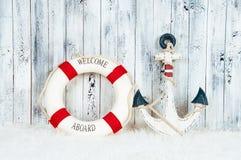 Dekoracyjne lifebuoy, kotwicowe i rozgwiazda denne skorupy nad drewnianym błękitnym tłem, Zdjęcia Stock