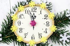 Dekoracyjne nowy rok świerczyny i zegaru gałąź na białym tle Fotografia Royalty Free