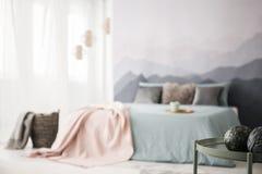 Dekoracyjne piłki w wygodnej sypialni zdjęcie royalty free