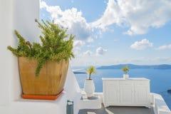 Dekoracyjne rośliny, elementy uliczny projekt w mediteranian stylu i Therasia na tle, wyspy Oia santorini Zdjęcie Stock