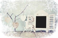 Dekoracyjnego chalkboard ramowi i drewniani wiszący serca nad drewnianym stołem przygotowywający dla teksta lub mockup retro filt Fotografia Royalty Free