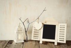 Dekoracyjnego chalkboard ramowi i drewniani wiszący serca Obraz Royalty Free