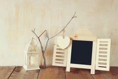 Dekoracyjnego chalkboard ramowi i drewniani wiszący serca Zdjęcie Stock