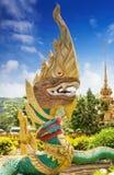 Dekoracyjnego elementu Złoty Naga jako część typowej Tajlandzkiej świątyni, Zdjęcie Royalty Free