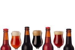 Dekoracyjnej sztuki granica piwo w butelkach i wineglass z pianą odizolowywającą na białym tle - lager, czerwony ale, furtian - Obraz Royalty Free