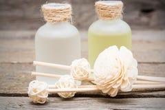 Dekoracyjni biali kwiaty z istotnym masażu olejem zdjęcie stock