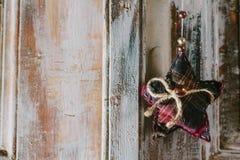 Dekoracyjni boże narodzenia grają główna rolę obwieszenie na starej drzwiowej rękojeści Obrazy Royalty Free