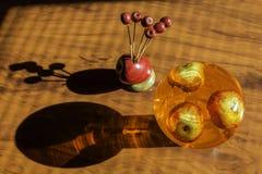 Dekoracyjni jabłka wśrodku szklanego zbiornika Fotografia Stock