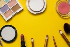 Dekoracyjni kosmetyki dla girlson koloru tła uzupełniał dla twarzy zdjęcie stock