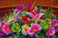 Dekoracyjni kwiaty na obiadowym stole Zdjęcie Stock