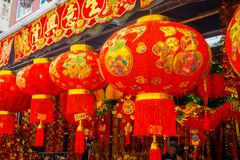 Dekoracyjni lampiony rozpraszający wokoło Chinatown, Singapur Porcelanowy ` s nowy rok Rok pies Fotografie brać w Porcelanowym mi obraz stock