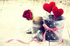 Dekoracyjni serca i czerwieni róża w retro stylu Zdjęcie Stock