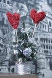 Dekoracyjni serca w sztucznej choince Obraz Royalty Free