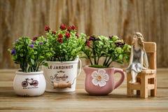 Dekoracyjni Sztuczni kwiaty i anioł błyskotka na Drewnianym Backgr Obrazy Royalty Free