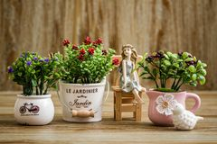 Dekoracyjni Sztuczni kwiaty i anioł błyskotka na Drewnianym Backgr Obraz Stock