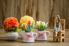 Dekoracyjni Sztuczni kwiaty i anioł błyskotka na Drewnianym Backgr Zdjęcie Stock