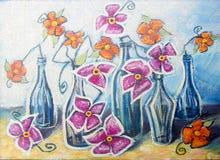 Dekoracyjny życie z pomarańcze i menchiami wciąż kwitnie w butelkach Obrazy Stock