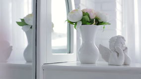 Dekoracyjny amorek i waza z kwiatami zbiory