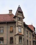 Dekoracyjny attyk na budynku mieszkalnym na Cetatii ulicie w deszczowym dniu Sibiu miasto w Rumunia Obraz Stock