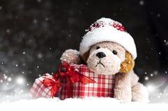 Dekoracyjny Bożenarodzeniowy pies, prezenty w śniegu zdjęcia stock