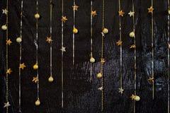 Dekoracyjny czarny tło z iskrzastymi materiałami Ślubni półdupki Obrazy Royalty Free