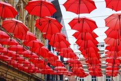 Dekoracyjny Czerwony Parasol zrozumienia Sunshade sufit z rzędu Zdjęcia Royalty Free